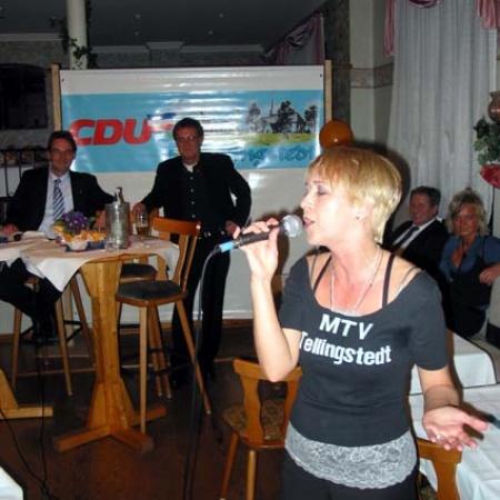 Anja Bublitz, u.a. Sängerin bei Godewind, gibt eine Kostprobe ihres Könnens.